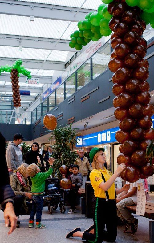 BallonVærksted Hørsholm - Palmerne hænges op- Ballonerne pyntede centeret i lang tid